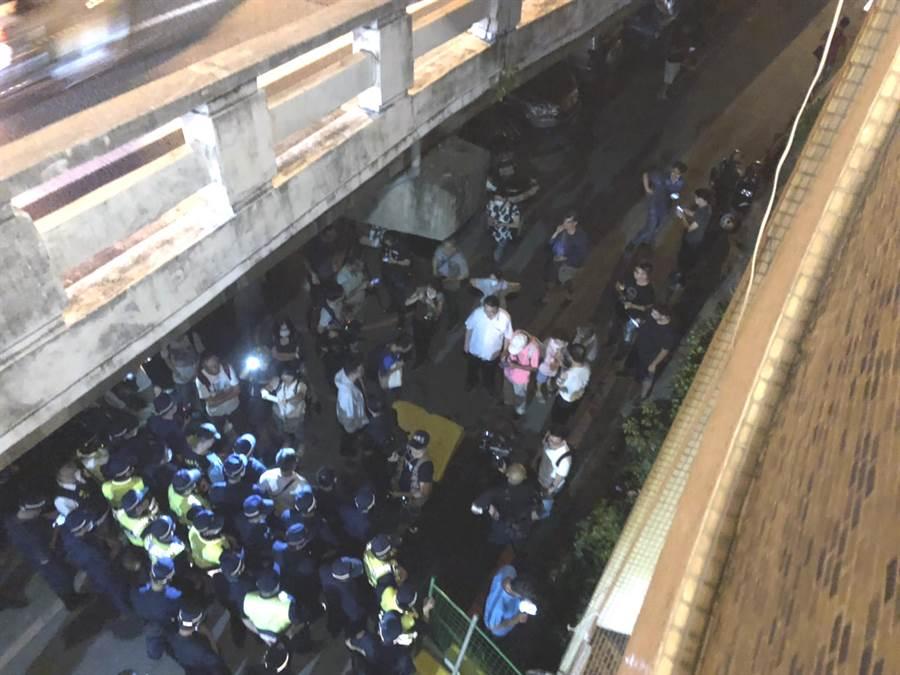 反南鐵自救會與聲援團體在台南市北區拆遷戶黃家前與警方僵持。(讀者提供/洪榮志台南傳真)