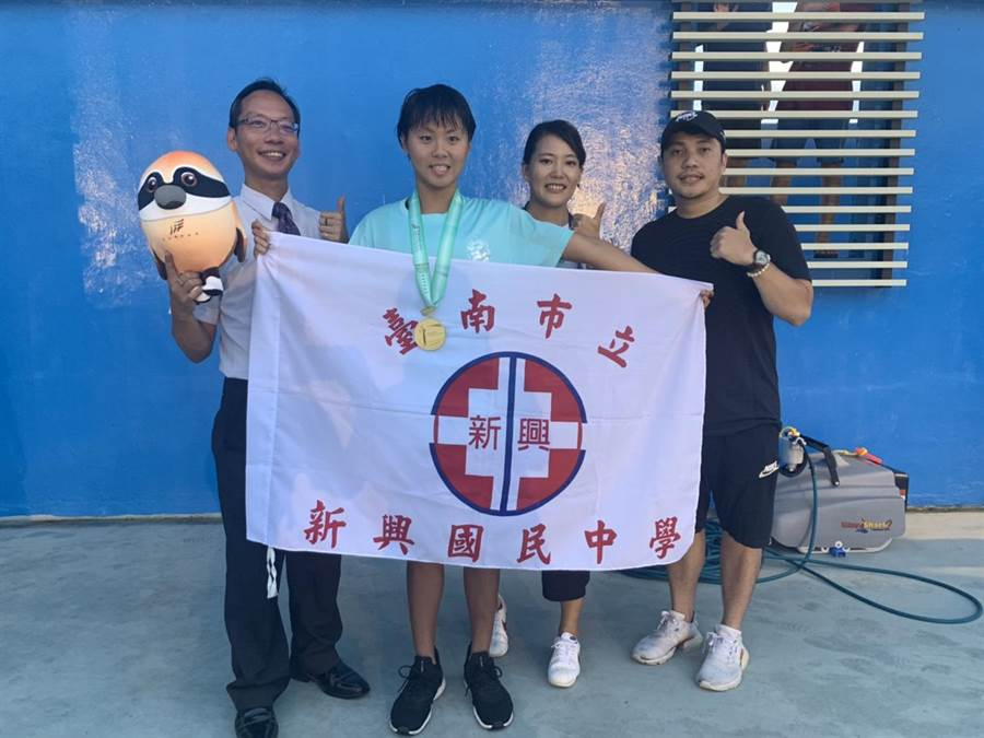 台南新興國中郭芮安(左二)20日二度游破全中運大會紀錄。(體育處提供/李宜杰台南傳真)