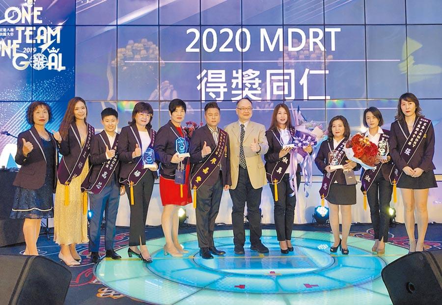 宏泰人壽董事長魯奐毅頒獎給本屆獲得MDRT百萬圓桌殊榮的會員們。圖/宏泰人壽提供