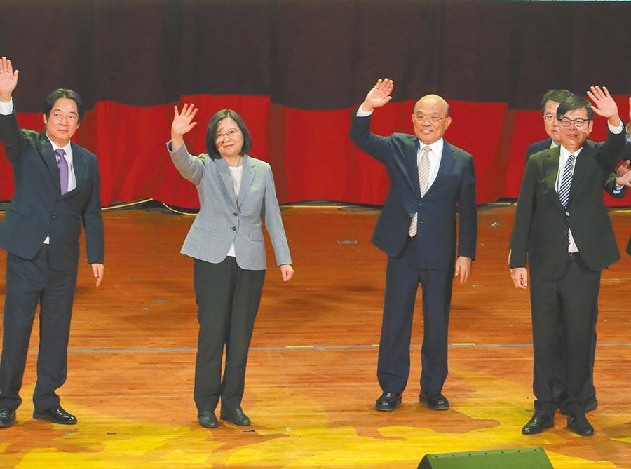 民進黨全代會19日登場,黨內要角蔡英文總統(左二)、副總統賴清德(左)及行政院長蘇貞昌(右二)為高雄市長補選參選人陳其邁(右一)造勢打氣。(陳怡誠攝)