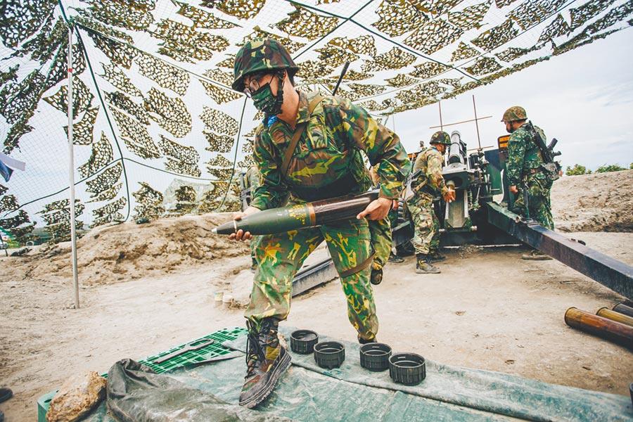 國防部後備指揮部傳出將裁撤,改隸陸軍,預計民國112年完成。圖為今年漢光36號演習,後備軍人首次參與105榴彈砲射擊任務。(軍聞社)