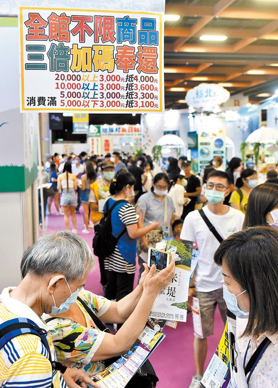 日前登場的「台北夏季旅展」,參觀民眾擠爆會場,旅行社、飯店等業者全力促銷,搶搭三倍券商機。(顏謙隆攝)