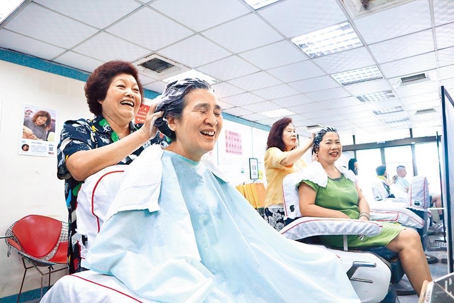 經營逾半世紀的台南市太平洋理髮廳昨日熄燈,不少舊雨新知上門享受最後一次洗髮服務。(李宜杰攝)