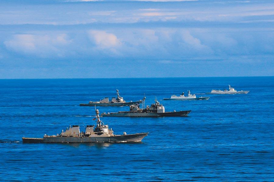 美國國防部長艾斯培表示,大陸是美國的首要戰略競爭對手。圖為陸方編隊濟南艦、益陽艦與美方參演三艦。(中新社)