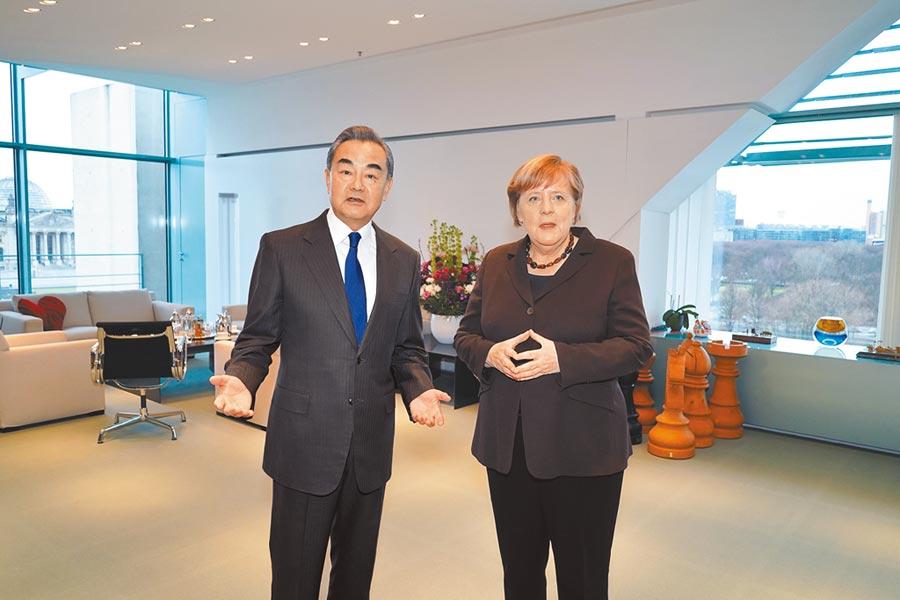 在深受新冠疫情打擊下,歐盟召開特別峰會討論財政刺激援助方案。不過,在連續3日的密集協商後仍舊無法達成共識。德國總理梅克爾因此放話,不排除峰會無果而終。圖為2020年2月13日,德國總理默克爾(右)在柏林會見中國國務委員兼外長王毅。(新華社)