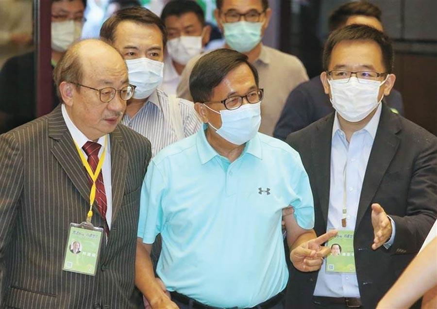 民進黨全代會19日登場,前總統陳水扁(中)在兒子陳致中(右)及立法院總召柯建銘陪同下出席投票。(王英豪攝)
