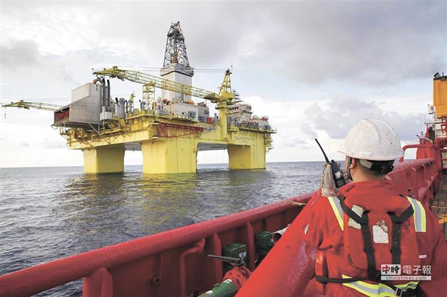 美放話制裁涉足南海陸企,中海油遭到點名。圖為2015年6月13日,中海油「興旺號」深水鑽井平台在南海開鑽。(新華社)