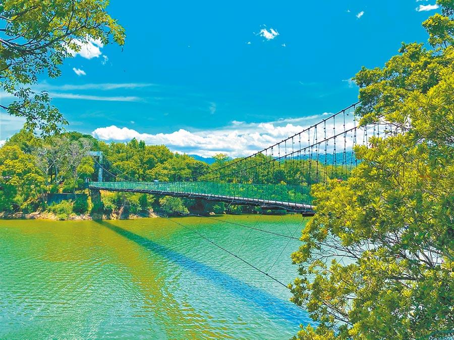 日新島由2座吊橋連結,步行在吊橋上便能俯視湖面,遠眺四周山野之美。(巫靜婷攝)