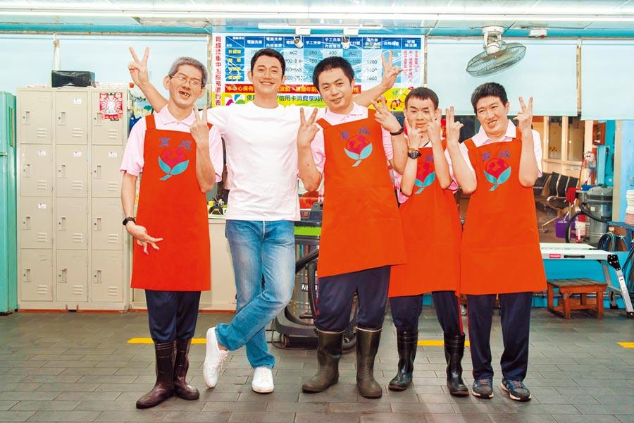 吳慷仁(左二)化身親切「大仁哥」與憨兒們拍攝公益短片。(育成基金會提供)