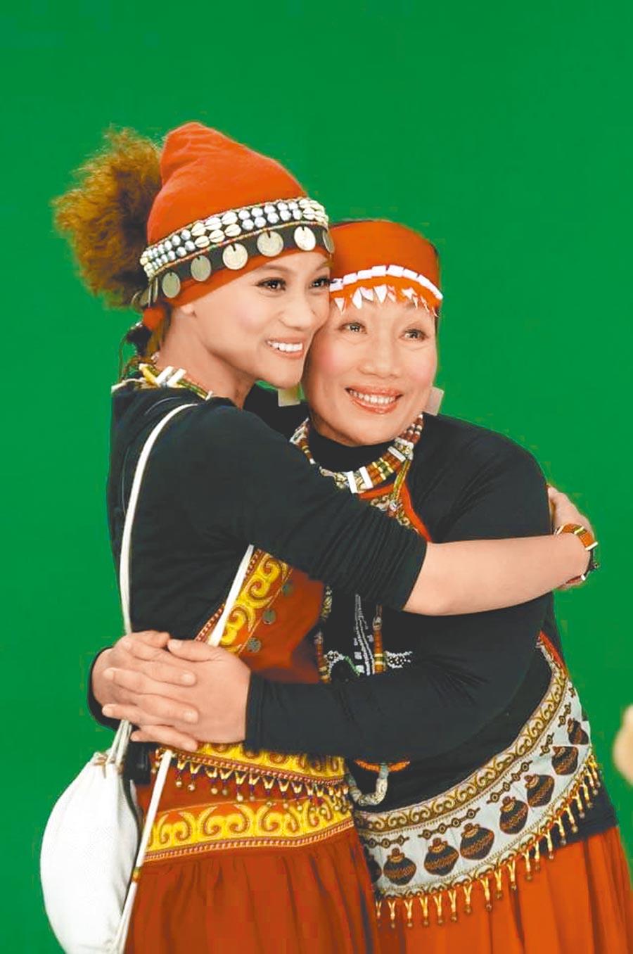 阿爆(左)和媽媽共同入圍最佳作詞人。(那屋瓦文化提供)