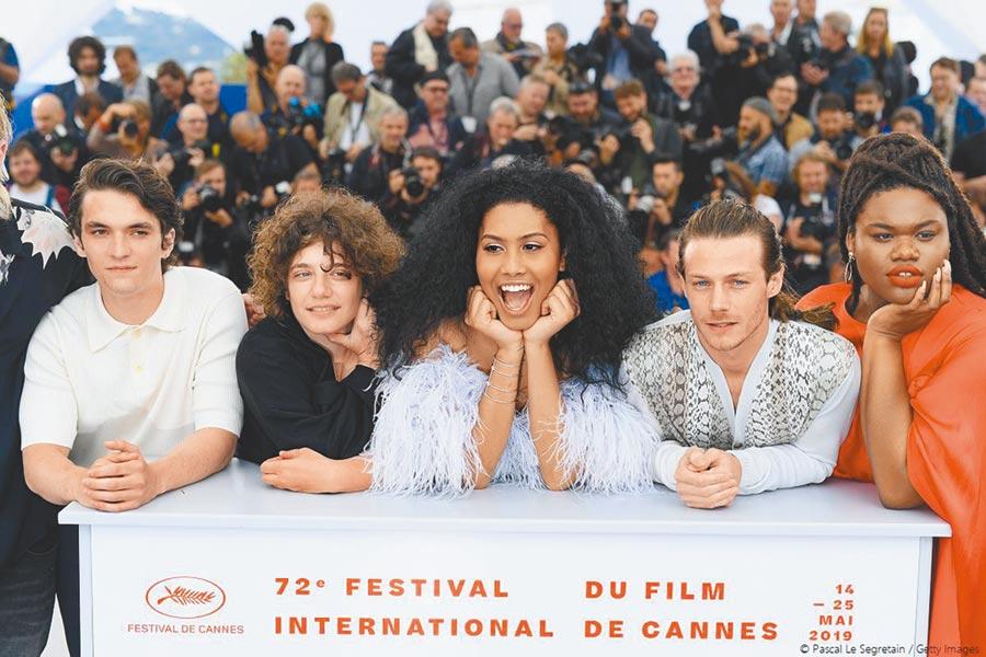 雷娜布魯姆(中)以首位有色人種跨性女主角之姿,率領劇組踏上坎城紅毯。(東昊影業提供)
