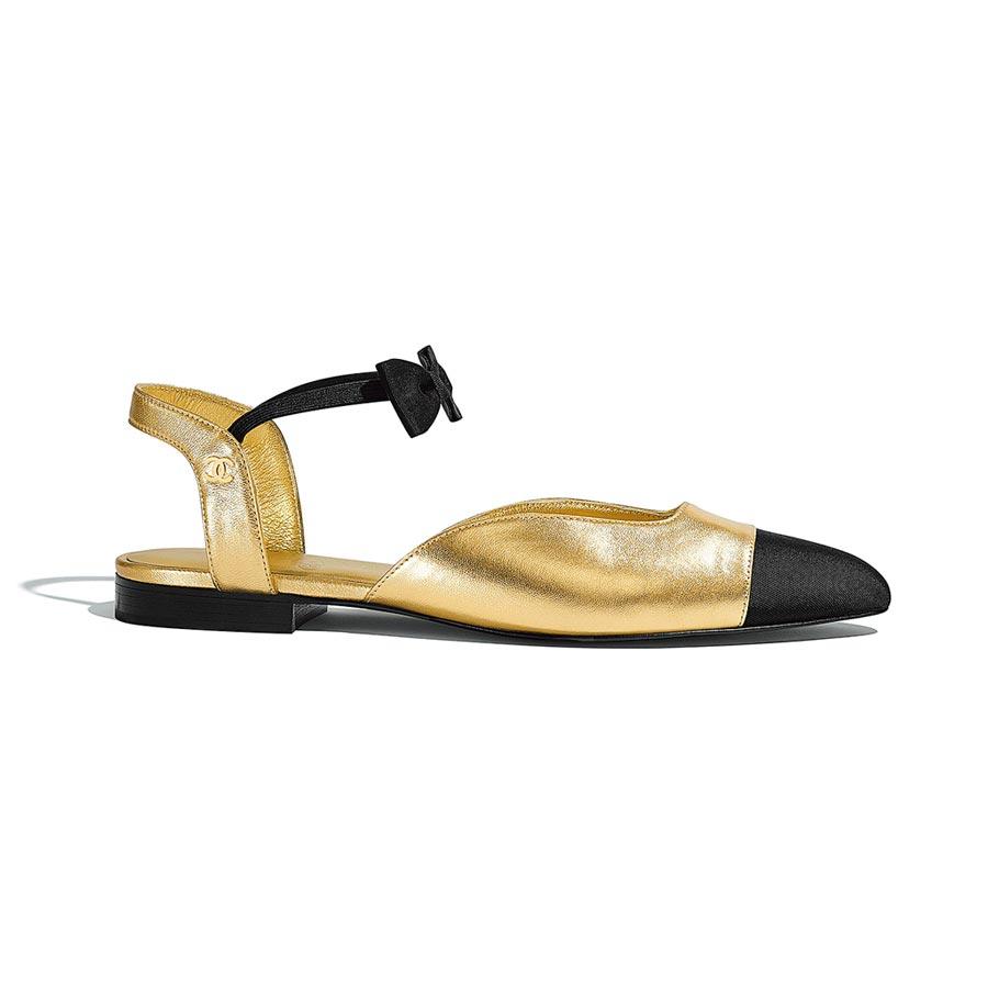 CHANEL金屬皮革羅緞雙色蝴蝶結繞踝平底鞋,2萬7000元。(CHANEL提供)
