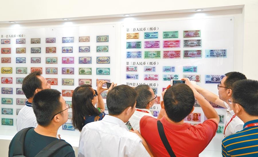 科威特哈瓦利省一家金飾店,人們戴著口罩交流。(新華社資料照片)