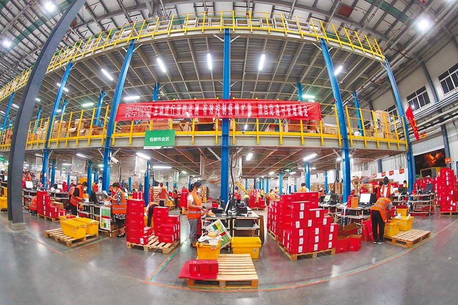 618購物節前,蘇寧易購北京物流基地眾多工人6月17日連夜備貨。(中新社資料照片)