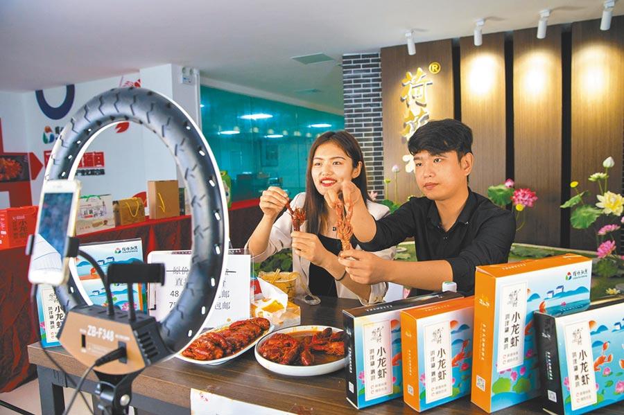 7月18日,電商平台與江蘇養殖業者合作,由產地直播銷售小龍蝦。(新華社資料照片)