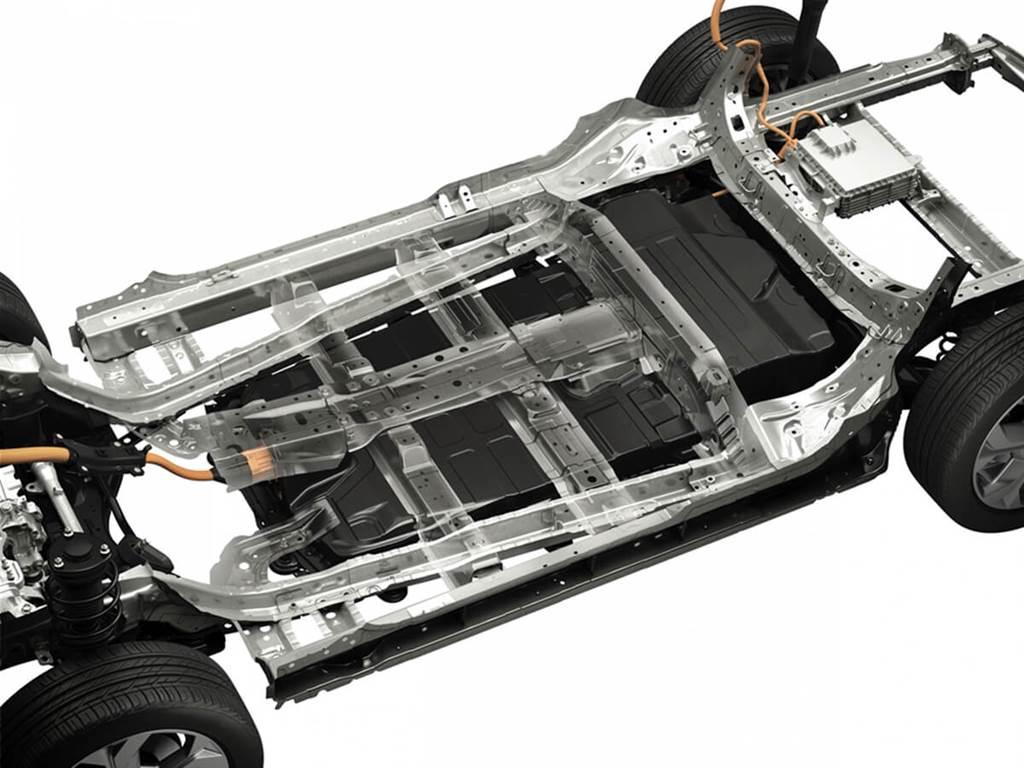 由於採用了堅固且有效吸收能量的車身結構設計,儘管採用了沒有中央支柱的前後對開式車門,碰撞安全性也能非常出色。這是因為工程師採用了最新技術和開發理念,為了可以保護高壓電池,當然也就更能保護駕駛與乘坐者。