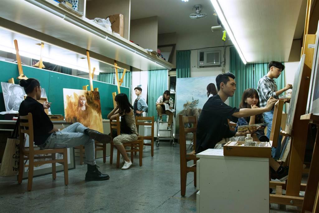 玄奘大學藝術與創意設計學系個人獨立空間創作教室,讓學生能夠自由發揮創意。(玄奘大學提供)