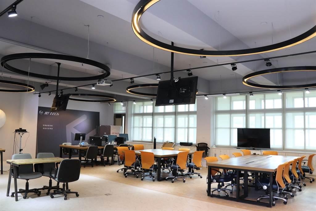 玄奘大學H!-tech雲端智慧教室,讓學生自主學習。(玄奘大學提供)