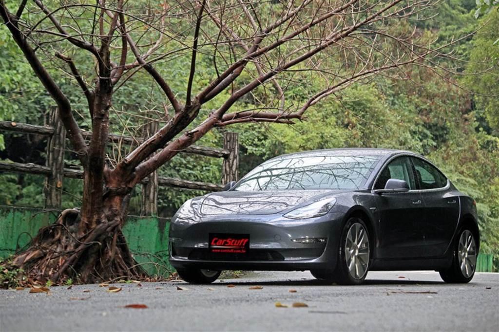 Holidays With Tesla 假期體驗計畫 將您的現有車輛換成 Tesla Model 3駕駛三天