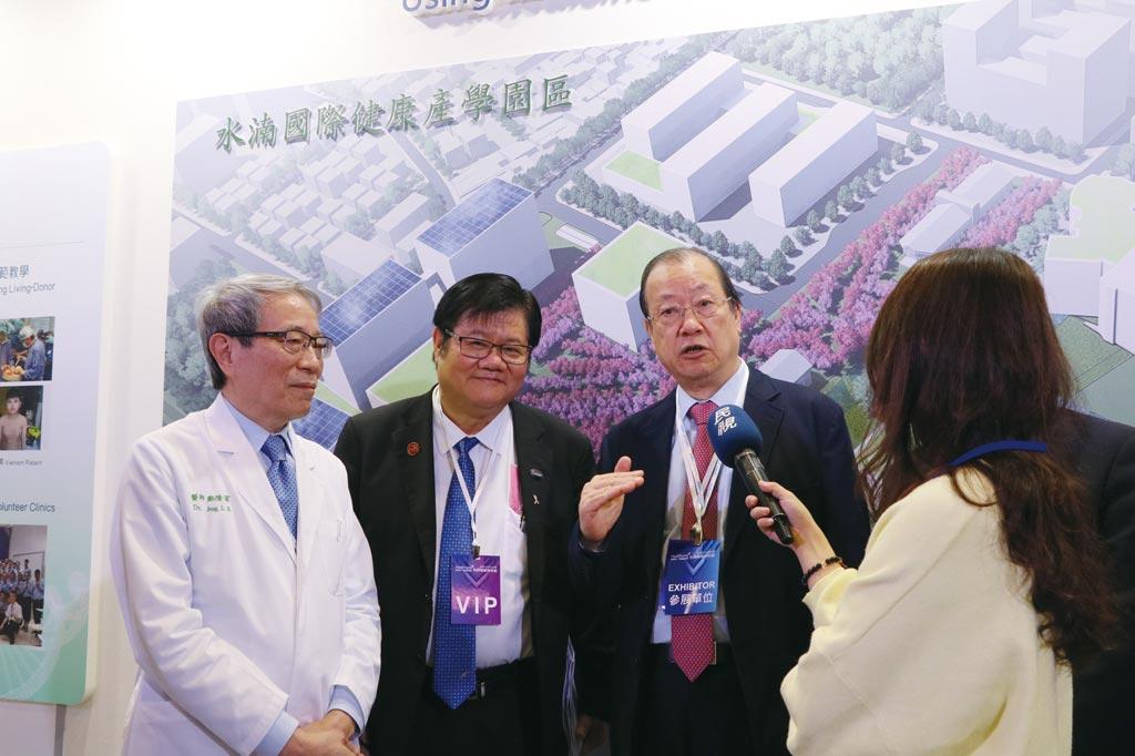 中國醫大暨醫療體系董事長蔡長海(左三)、校長洪明奇(左二)、院長鄭隆賓(左一)說明校院發展尖端醫療服務和建構智慧醫院的豐碩成果。圖/中國醫大