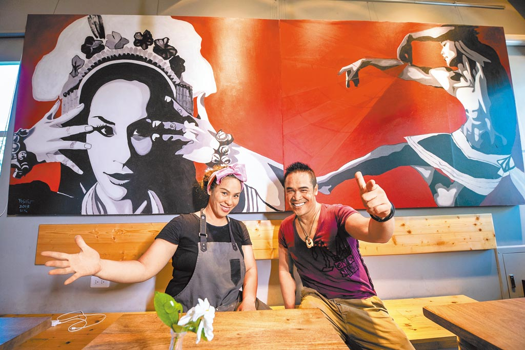 部落皇后藝術咖啡廳,優席夫及妹妹。(可樂旅遊提供/潘千詩台北傳真)