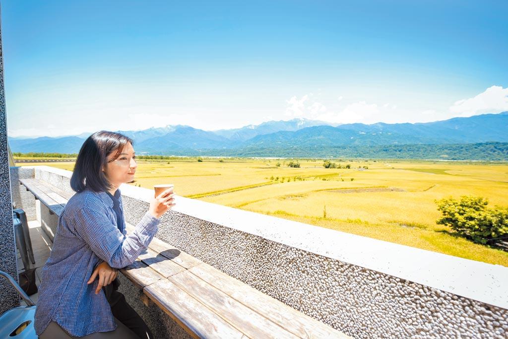 3樓陽台有180度黃金稻浪景觀。(可樂旅遊提供/潘千詩台北傳真)