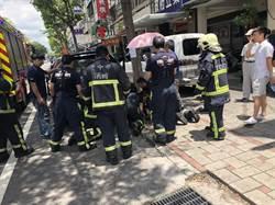 台中轎車失控衝撞8車 1男被壓車底救援中