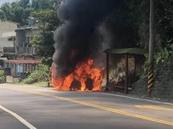 淡水人下山領三倍券 車突起火燒成廢鐵還波及公車亭