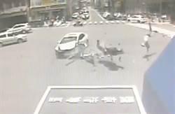 轎車左轉撞飛機車 騎士被撞飛入車底