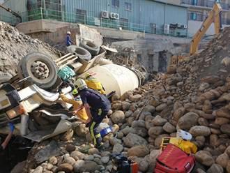 中市工地混凝土車翻覆 駕駛搶救1小時後不治