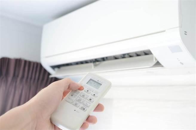 冷氣開26度錯了?網友答案超意外:睡前這溫度最棒。(示意圖/達志影像)
