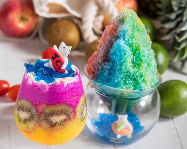 不管是「喵游可愛島」刨冰(右),或是JC Cat翻糖貓咪在衝浪的「威基基海灘」水果飲品(左),在在都色澤繽紛又可愛。(圖片提供/六福旅遊集團)