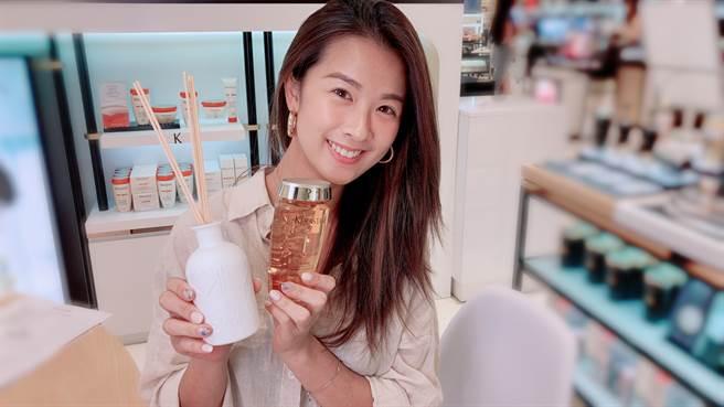 購買「晚安小紅瓶」靜夜修護精華與任一髮浴,即贈「巴黎卡詩擴香氛」1瓶。(圖/邱映慈攝影)