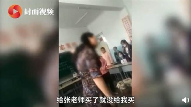 大陸一名女老師因沒收到畢業花束而氣噗噗大罵學生,影片曝光後她下場超級慘。(圖/翻攝封面新聞)