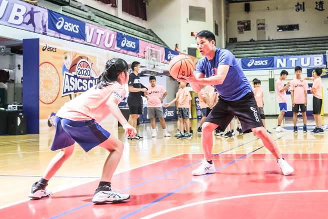 2020亞瑟士籃球之星訓練營由邱大宗擔任總教練,盼為基層籃球加強基本功。(亞瑟士提供)