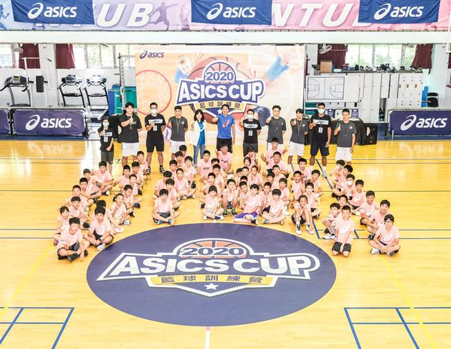 2020亞瑟士籃球之星訓練營今天熱情開訓,「籃壇小諸葛」邱大宗教練帶領球員一同感受籃球的魅力。(亞瑟士提供)