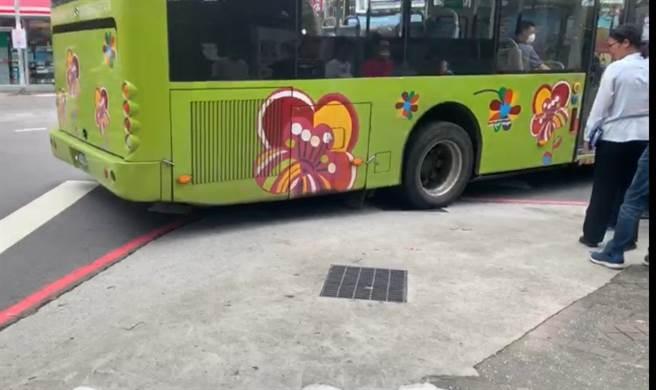 公車過彎開上碧華國中旁人行道(戴上容攝)