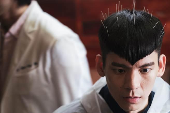 林柏宏在《怪胎》中飾演超潔癖男主角,到處求神問卜。(牽猴子提供)