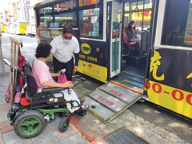 首都客運司機主動協助身障者順利搭公車,網友讚爆有愛心。(照片/游定剛 拍攝)
