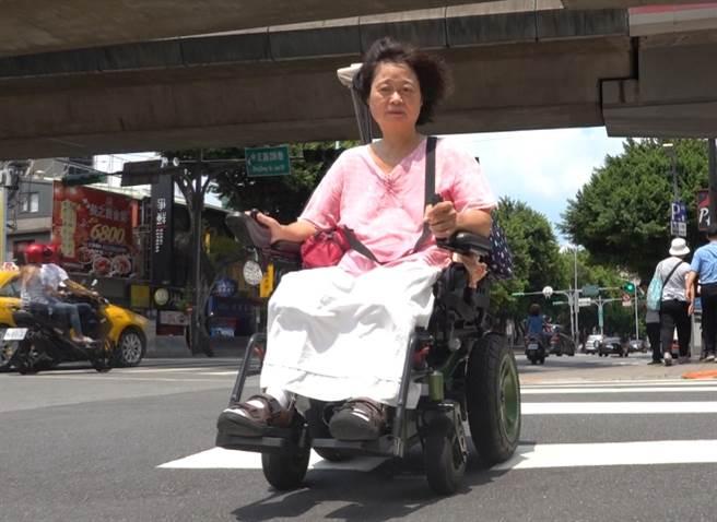 身障者劉小姐平時以電動代步車為交通工具。(照片/邱子軒 拍攝)