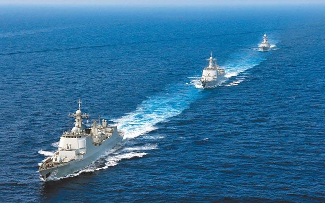 2018年4月18日,大陸新型驅逐艦編隊航行在南海。(中新社)