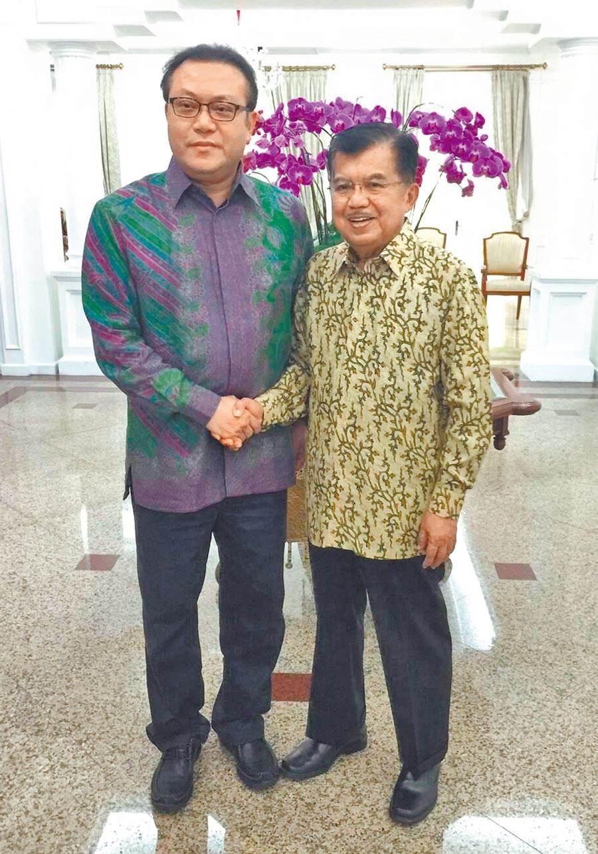 圖為2016年8月蘇震清(左)與印尼副總統卡拉(右)合影。(取自蘇震清臉書)