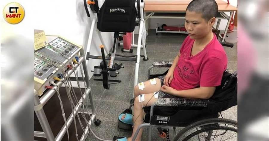 用電療增加雙腳肌力,是葉家菁每天復健必備的課程之一,也是她靜心回憶的時刻。(圖/讀者提供)