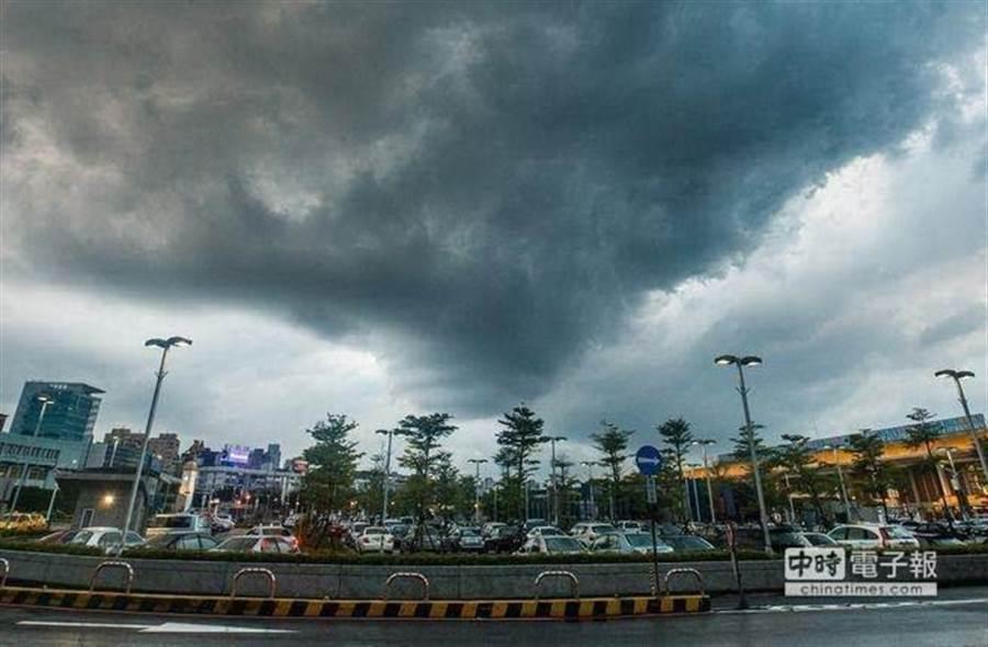 氣象局表示明(28日)天氣和今天類似,水氣較多需注意午後雷陣雨。(本報資料照)