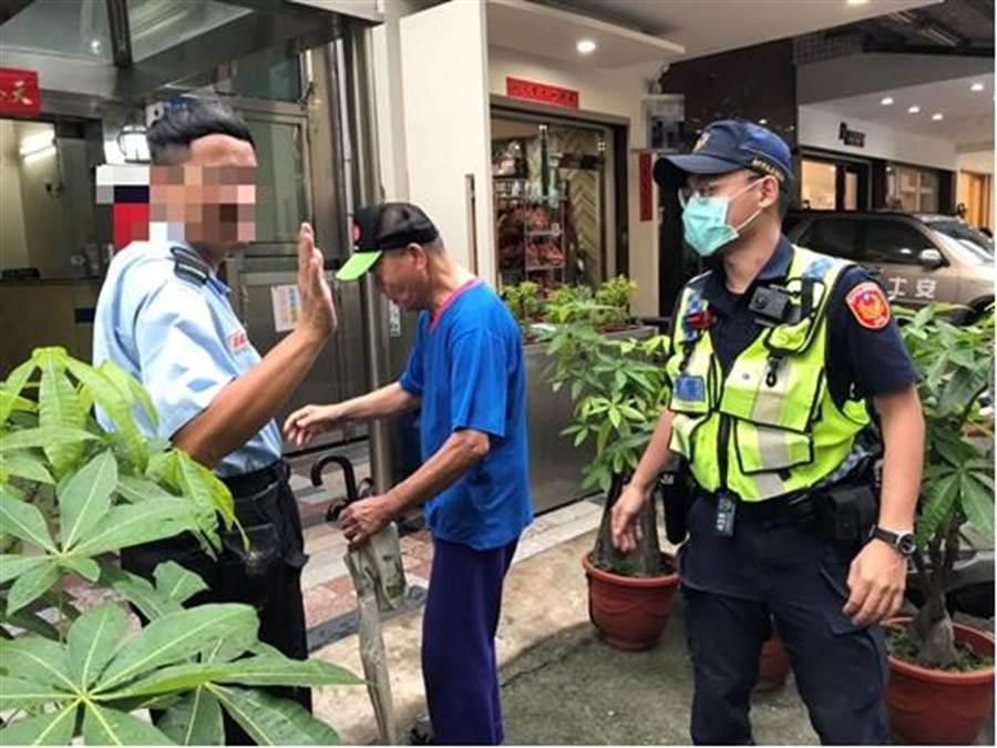 警方將該名老翁載返正確的住家大樓,大樓警衛看到警方送回范姓老翁,表示老翁常常迷路,所幸遇到警察熱心盡責讓他安全返家。(警方提供/陳世宗台中傳真)