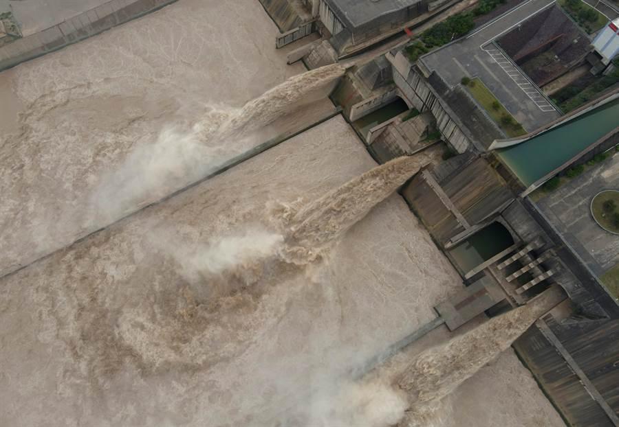 圖為7月1日黃河正式進入汛期以來,黃河小浪底水庫持續泄洪,降低水庫水位,為汛期騰出更多的防汛庫容,迎接黃河防汛關鍵期的到來。(新華社)