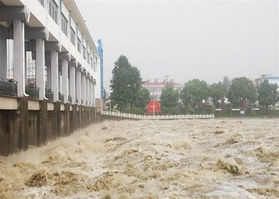 淮河王家壩水位超越保證水位。(摘自東網)