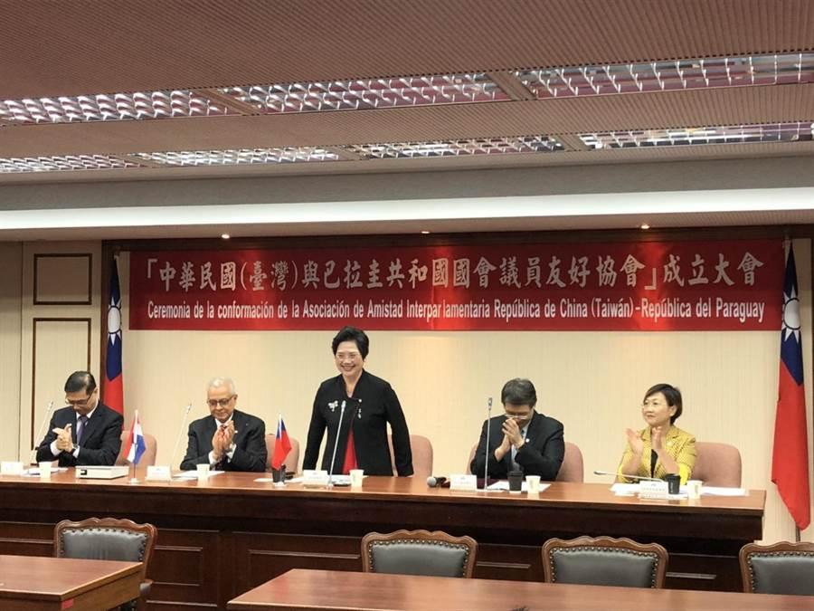 左起:外交部次長曹立傑、巴拉圭駐台大使柏馬紹、國民黨立委溫玉霞、立法院秘書長林志嘉、僑委會副委員長徐佳青。(周毓翔攝)