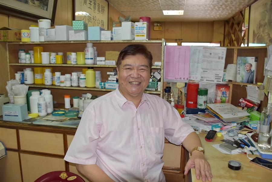 南庄殘障藥師羅重盛,義助鄉里37年不輟。(謝明俊攝)