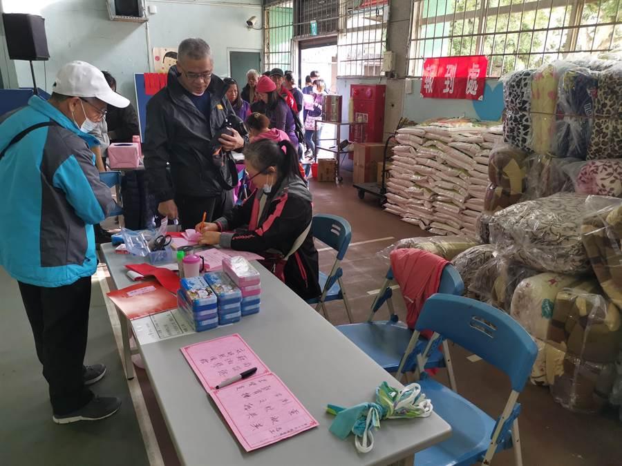 羅重盛在每年過年前夕,採購許多民生物資送給南庄弱勢家庭,已維持20年。(謝明俊攝)
